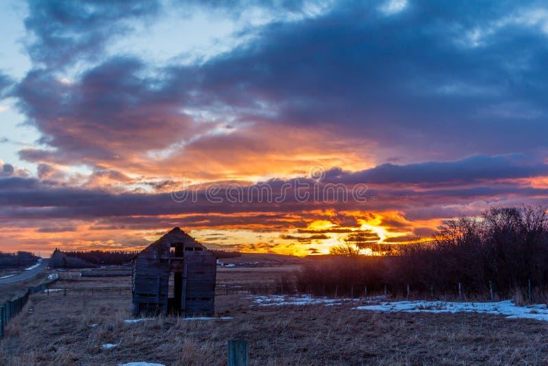 Overweldigende rode zonsopgang over plattelander die, Springbank, Alberta, Canada uitbouwen royalty-vrije stock afbeeldingen