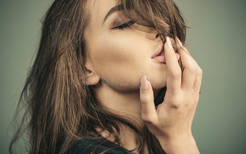 Overweldigende schoonheid Mannequin Girl De manier ziet eruit De vrouw met sensuele lippen kijkt aantrekkelijk Professioneel make stock afbeelding