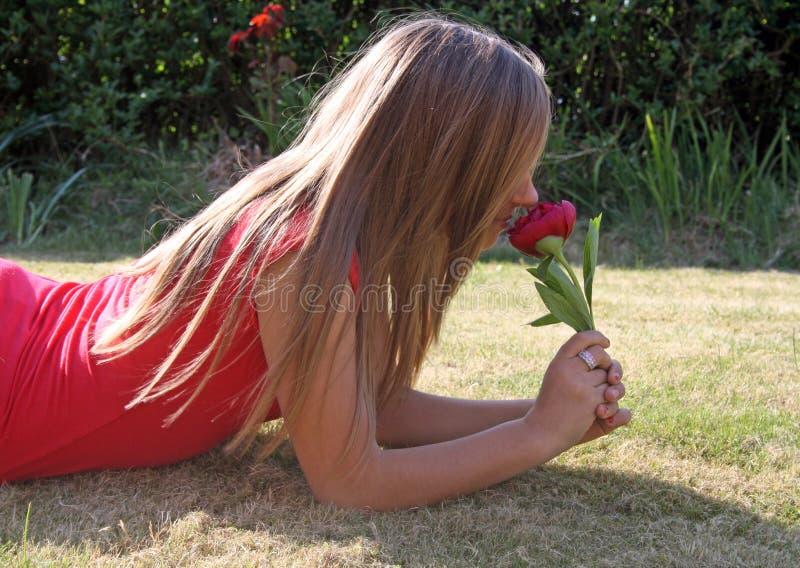 Overweldigende tiener in tuin stock afbeelding