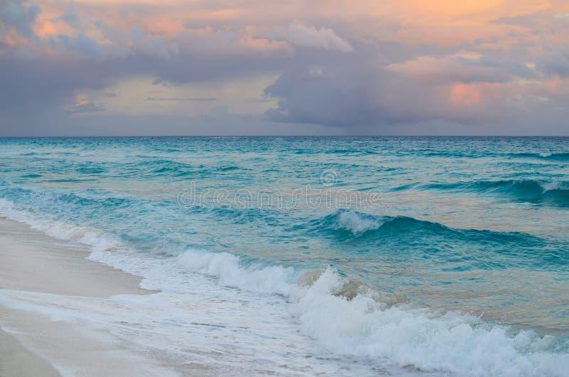 Overweldigende zonsondergang bij zandig strand royalty-vrije stock fotografie