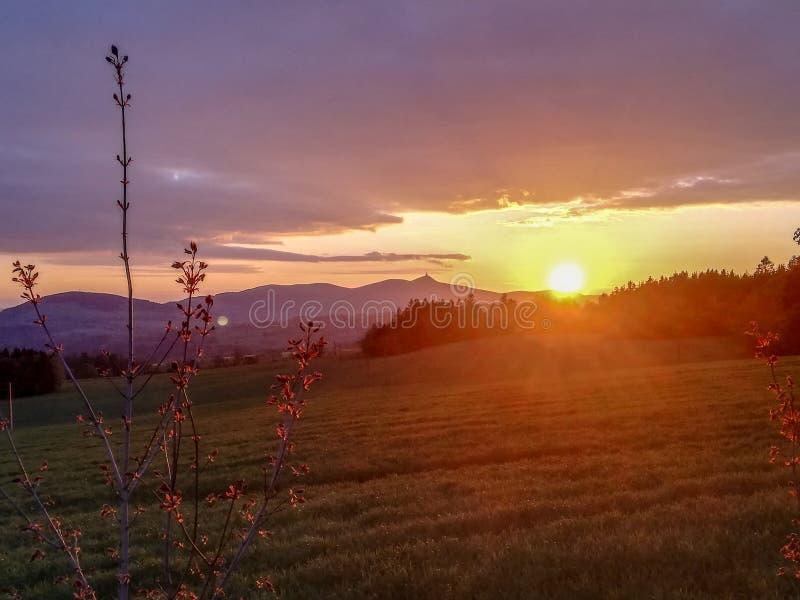 Overweldigende zonsondergang op de manier aan Liberec royalty-vrije stock foto's