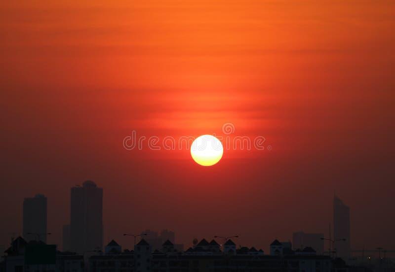 Overweldigende zonsondergang op diepe oranje kleurenhemel over de silhouet hoge gebouwen, Bangkok, Thailand royalty-vrije stock foto