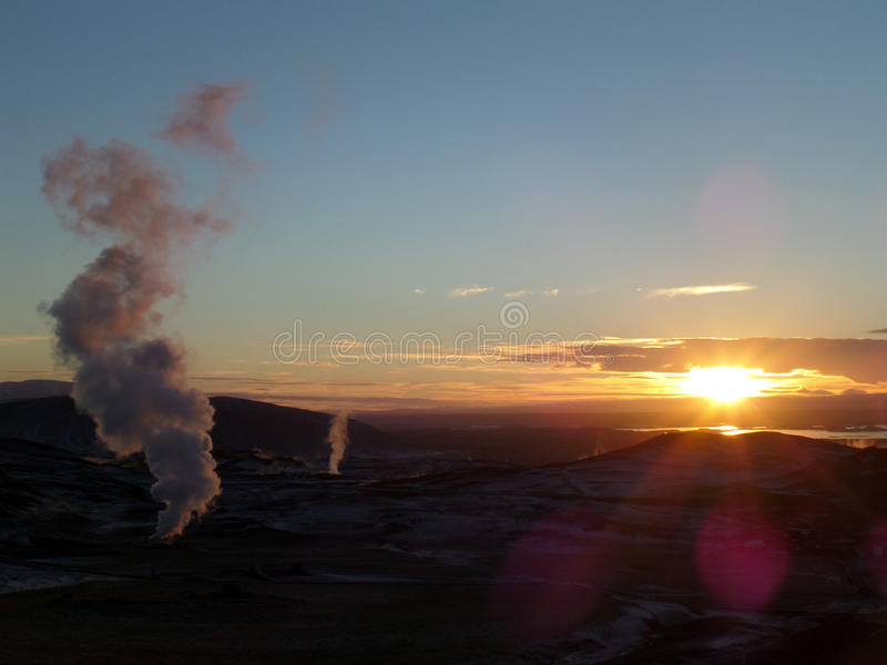 Overweldigende zonsondergang over het geothermische gebied van de stad van Myvatn royalty-vrije stock afbeeldingen
