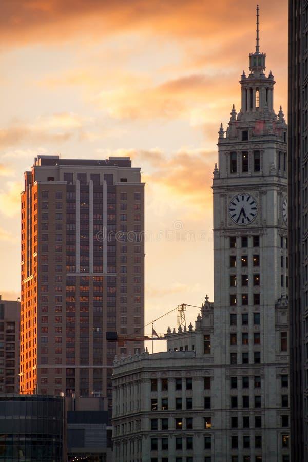 Overweldigende zonsondergangbrandwonden over de Lijn van Chicago ` s stock afbeeldingen