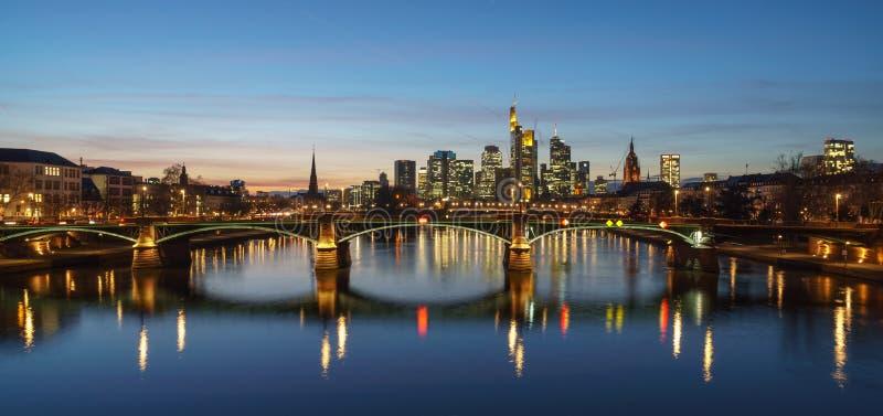 Overweldigende zonsondergangmening van financiële horizon in Frankfurt royalty-vrije stock foto