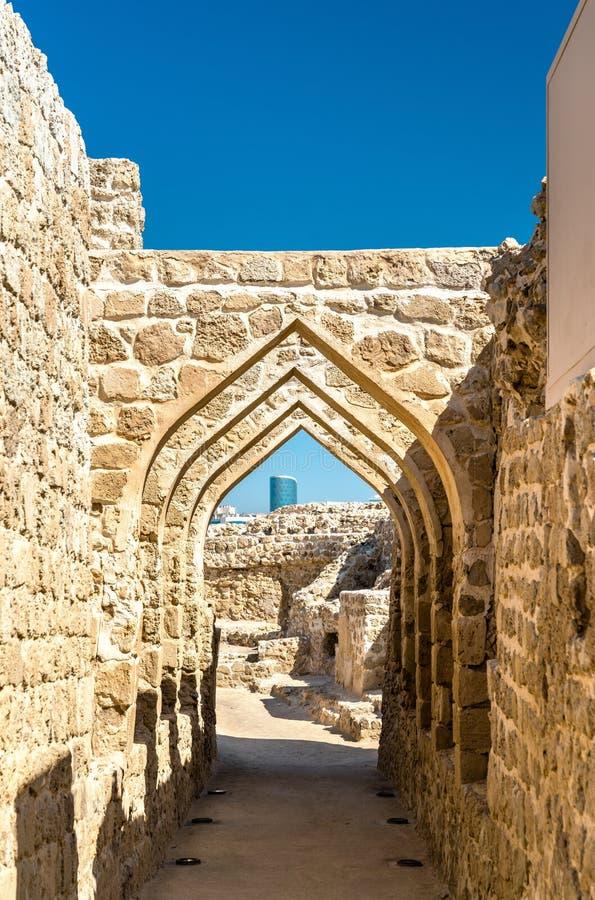 Overwelfde galerij bij het Fort van Bahrein Een Unesco-Plaats van de Werelderfenis stock fotografie