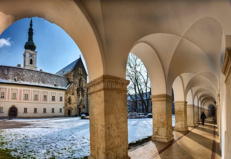 Overwelfde galerij en Binnenyard van het klooster van Heiligenkreuz stock afbeelding