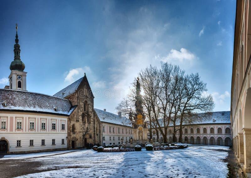 Overwelfde galerij en Binnenyard van het klooster van Heiligenkreuz stock afbeeldingen