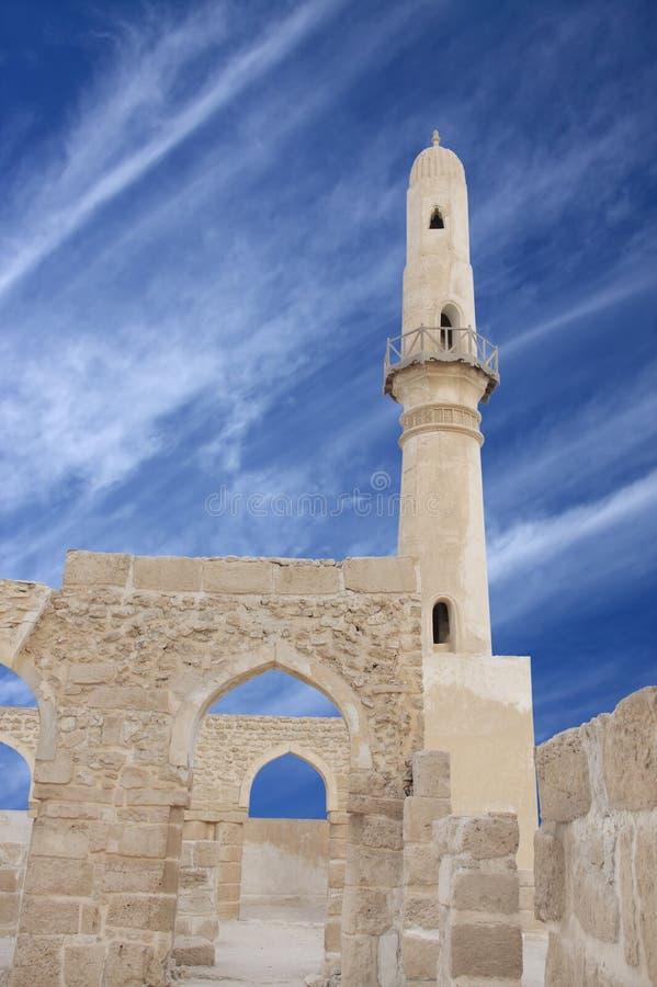 Overwelfde galerij en een minaret van Khamis moskee, Bahrein royalty-vrije stock foto