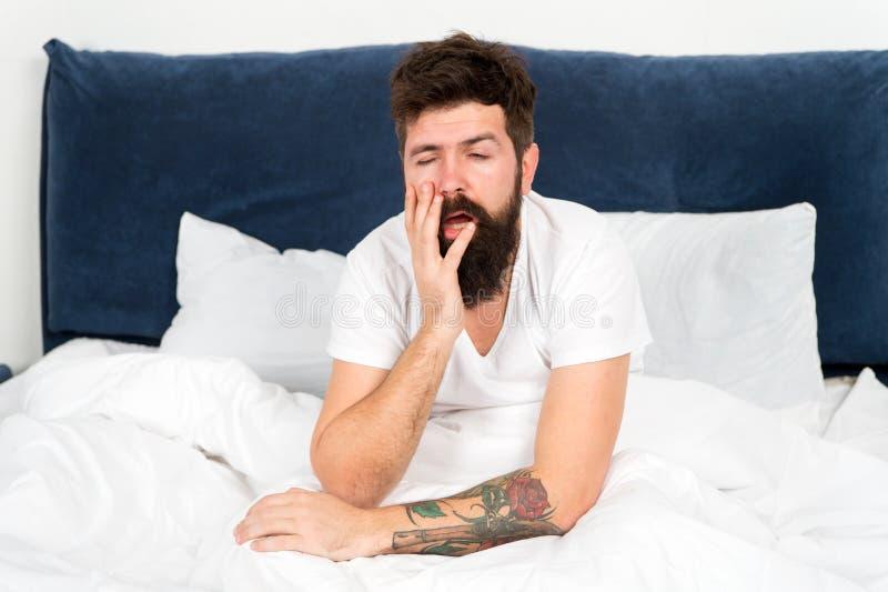 overwerkt brutale slaperige mens in slaapkamer gebaarde mensen hipster slaap in ochtend in slaap en wakker rijp mannetje met baar royalty-vrije stock foto