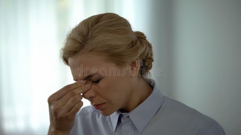 Overwerkte vrouwelijke manager die oogpijn, visueel stoornis, gezondheidszorg voelen royalty-vrije stock foto