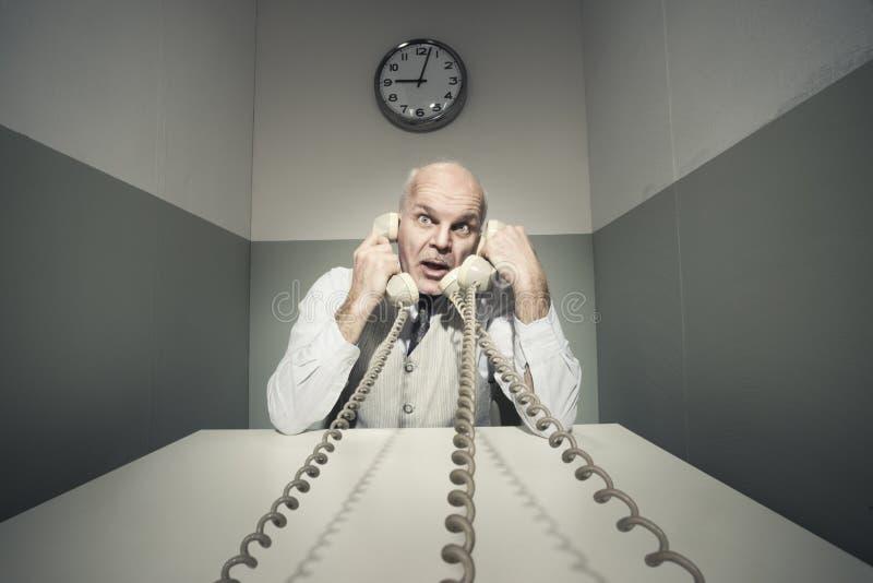 Overwerkte zakenman op de telefoon stock foto