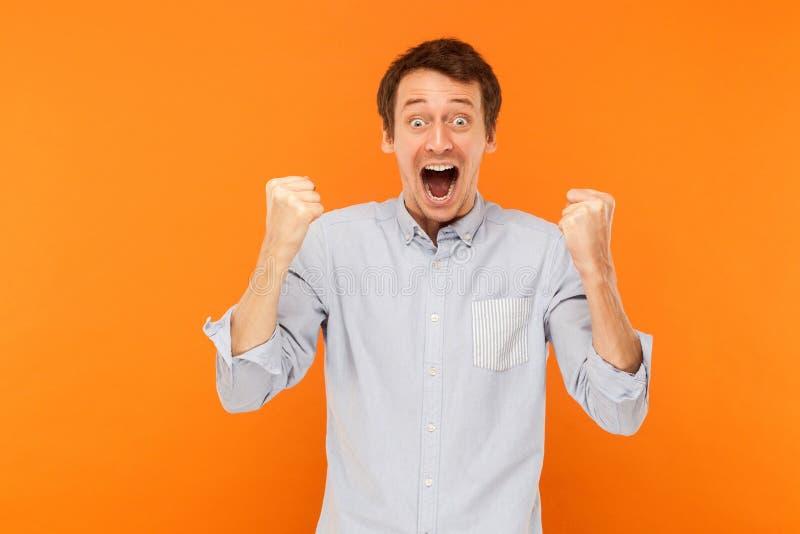 Overwinning! De succesvolle zakenman heeft een geluk eruit zien Grote Ogen stock foto