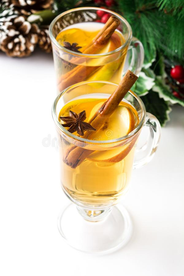 Overwogen cider in glas en geïsoleerd ornament stock foto