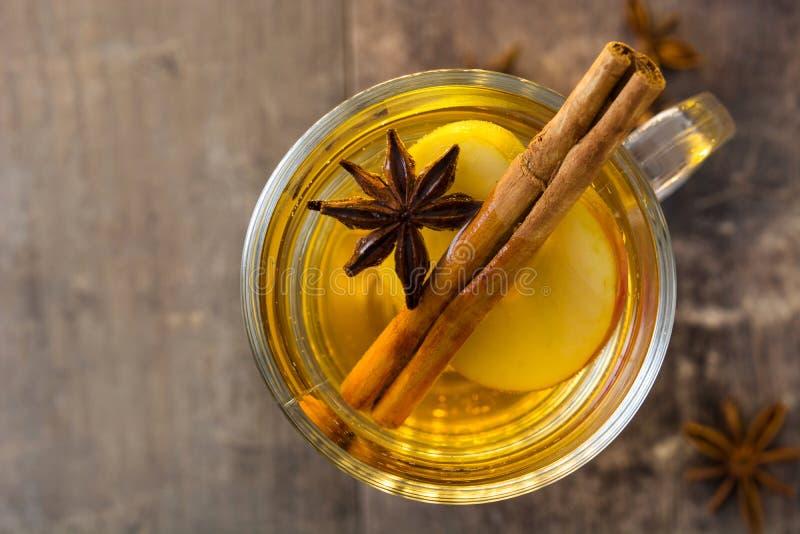 Overwogen cider in glas op hout Hoogste mening stock fotografie