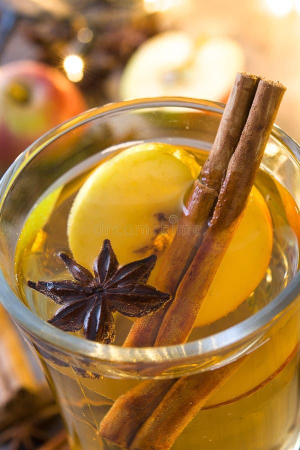 Overwogen cider in glas op houten lijst Hete chocolade met heemst stock foto