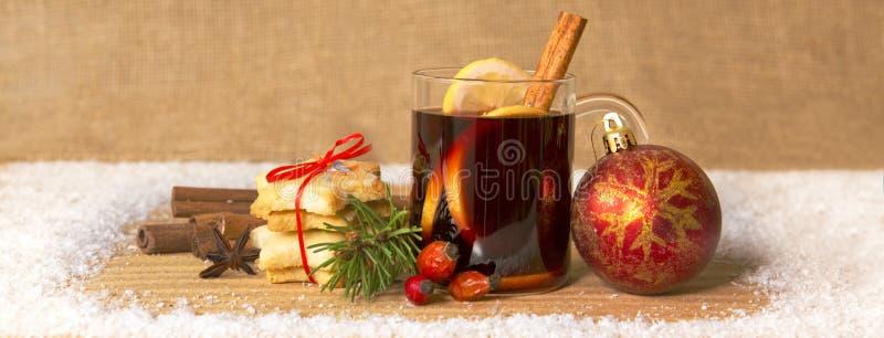 Overwogen wijn en Kerstmisbal royalty-vrije stock fotografie