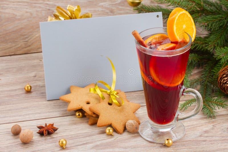 Overwogen wijn en peperkoekkoekjes met kaart royalty-vrije stock foto