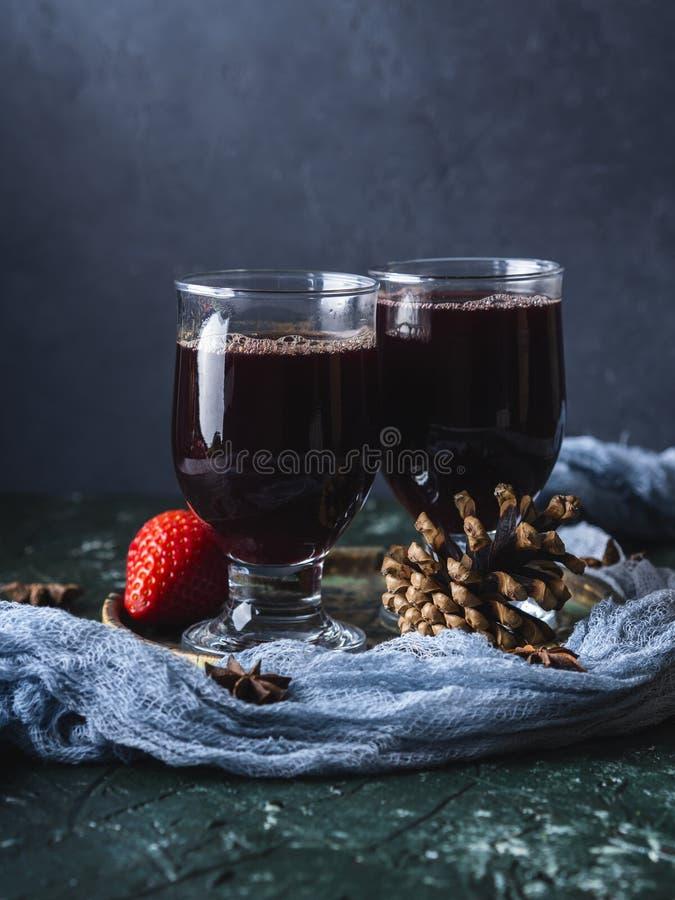 Overwogen wijn in glazen stock afbeelding