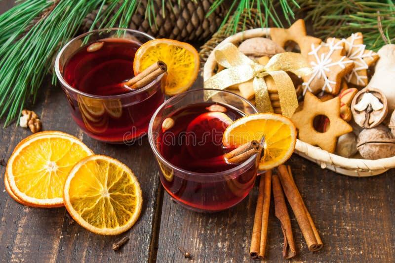 Overwogen wijn met kruiden stock afbeelding