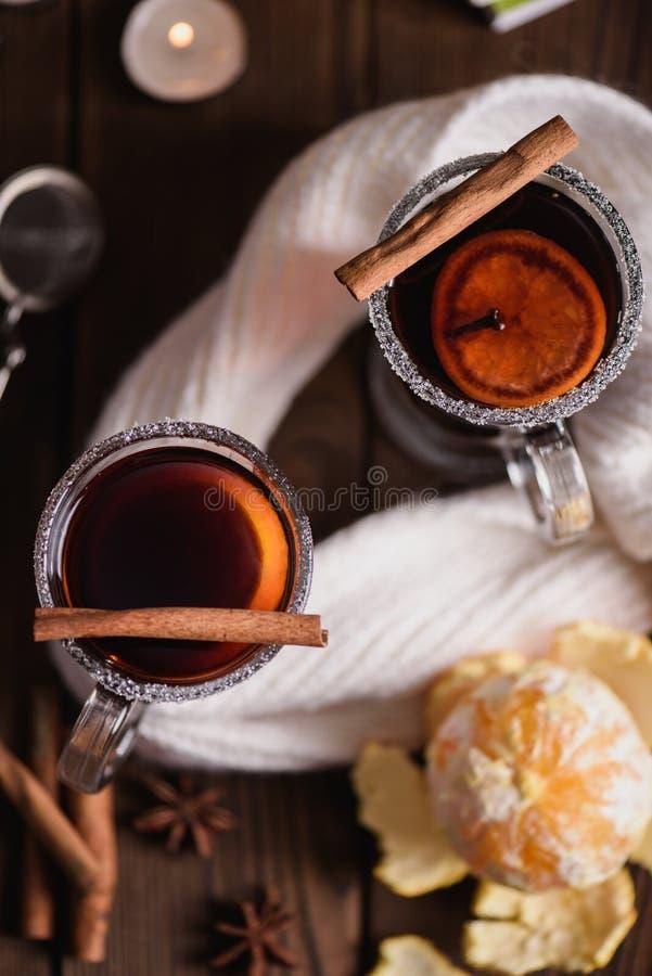 Overwogen wijn met kruiden en citrusvruchten royalty-vrije stock foto's