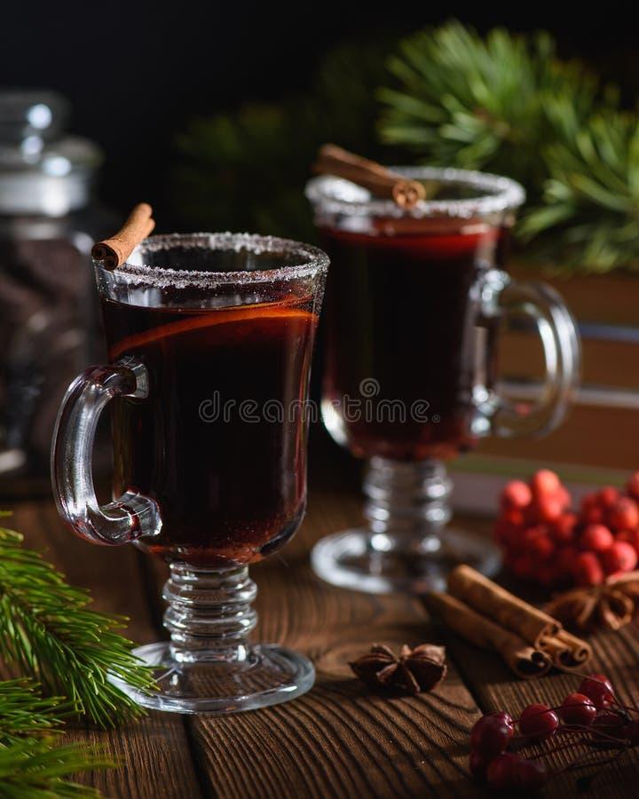 Overwogen wijn met kruiden en citrusvruchten stock foto