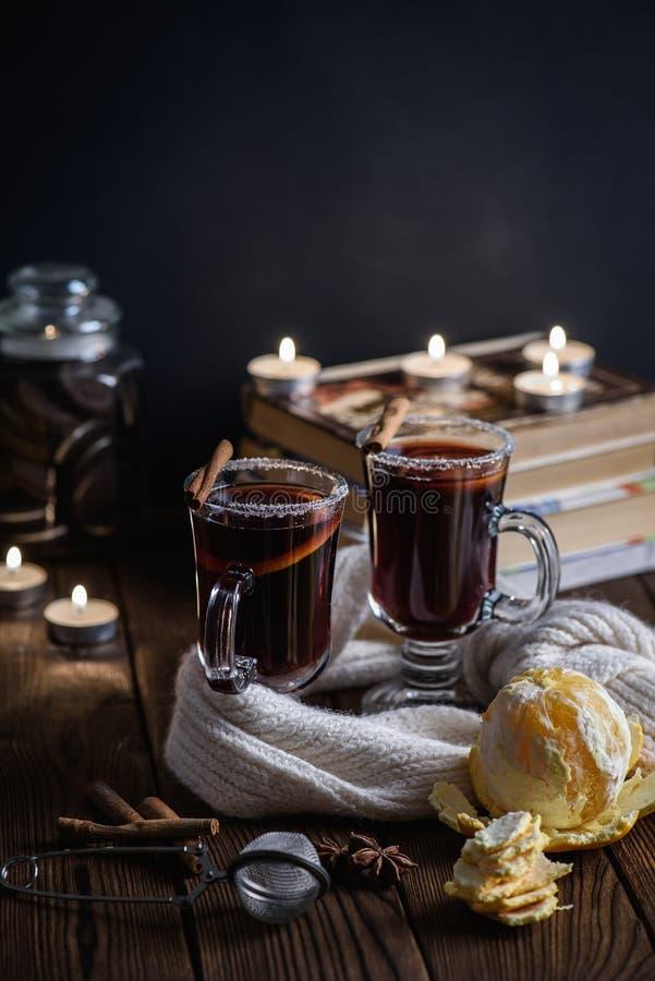 Overwogen wijn met kruiden en citrusvruchten stock foto's