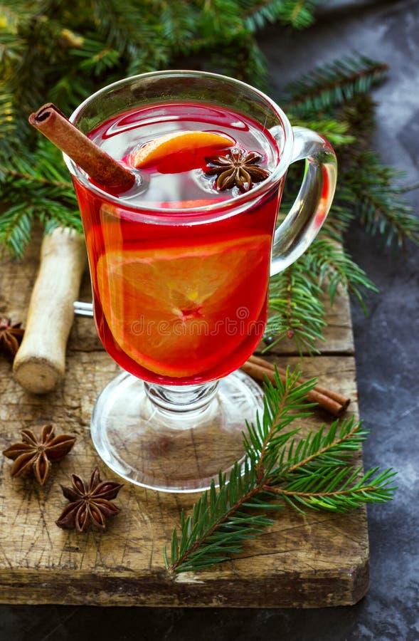 Overwogen wijn met kruiden en Kerstboom op donkere achtergrond royalty-vrije stock foto's
