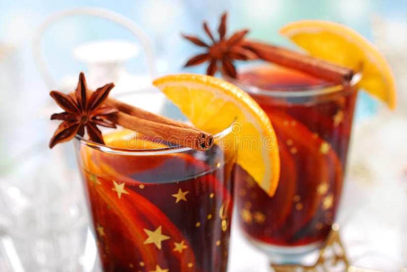 Overwogen wijn met kruiden voor Kerstmis royalty-vrije stock foto's