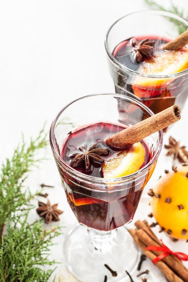 Overwogen wijn met oranje plakken op wit - de winter verwarmende drank royalty-vrije stock afbeelding