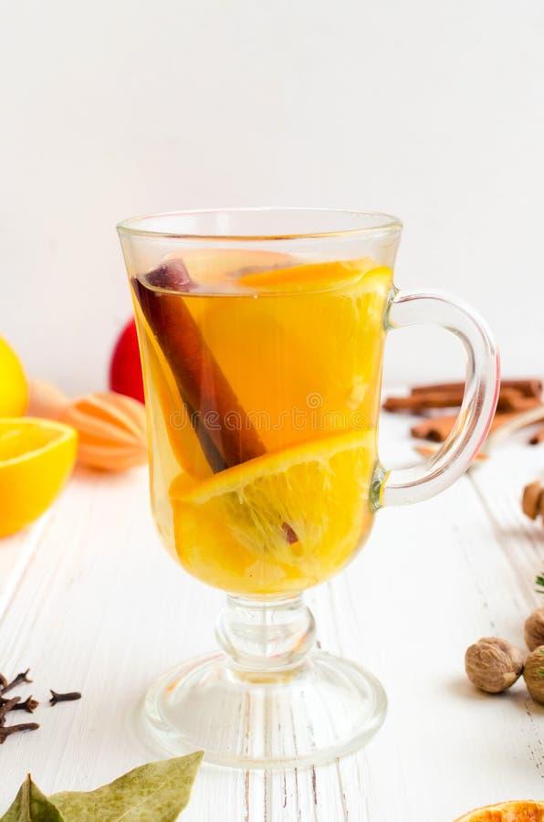 Overwogen wijn met sinaasappel stock foto's