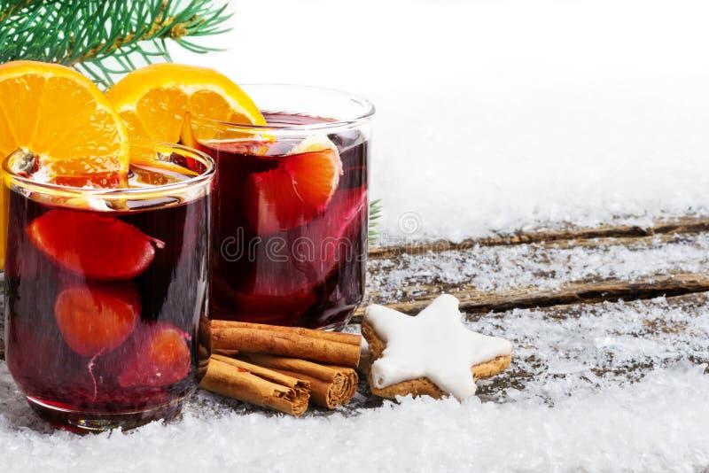 Overwogen wijn met sinaasappel en kaneel stock afbeelding