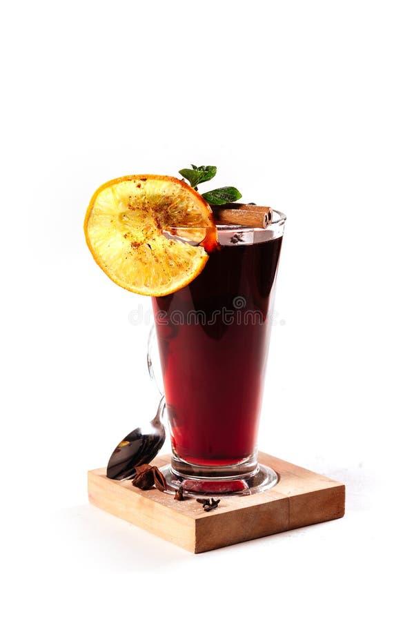 Overwogen wijn met sinaasappel, pijpjes kaneel, anijsplant stock afbeelding