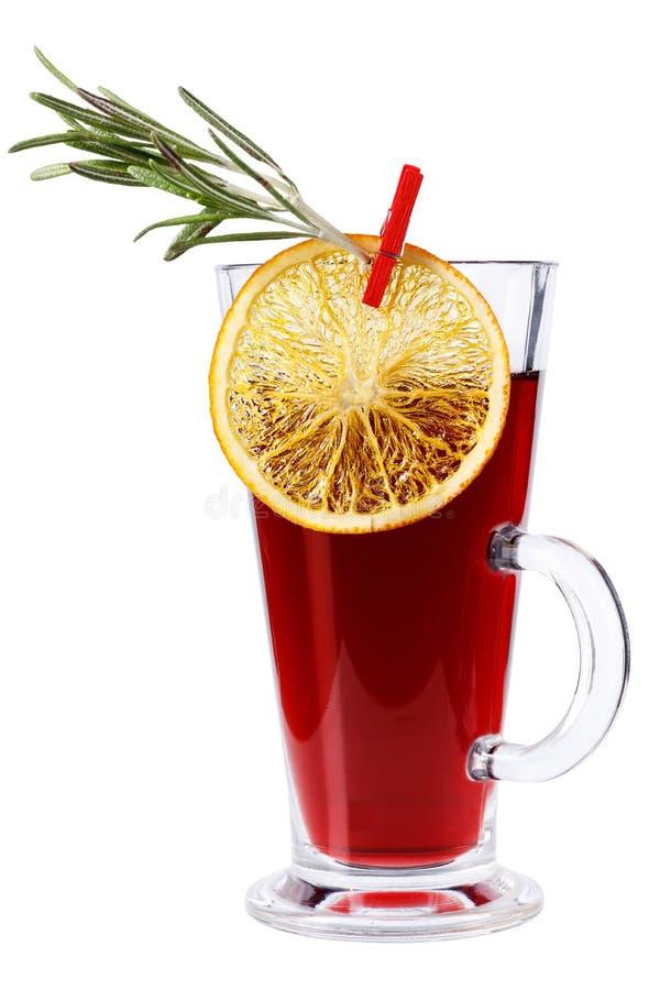 Overwogen wijn met sinaasappel, rozemarijn die op witte achtergrond wordt geïsoleerd Overwogen wijn in een lang die glas met een  royalty-vrije stock foto