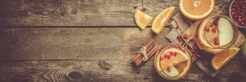 Overwogen wijn met sinaasappelen, granaatappel stock foto's