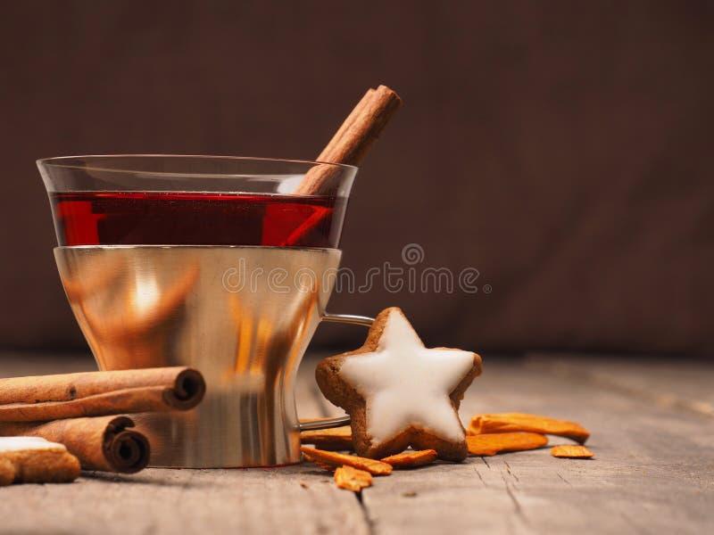 Overwogen wijn met ster gevormde koekjes stock foto