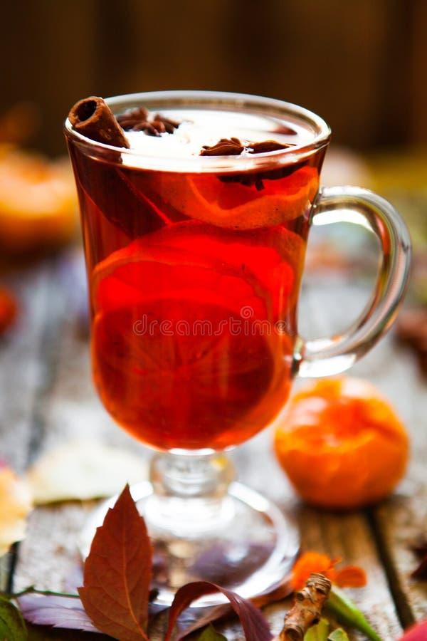 Overwogen wijn in mokken, kruid en droge bloemen en bladeren De herfst st stock foto's