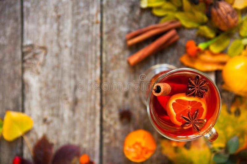 Overwogen wijn in mokken, kruid en droge bloemen en bladeren De herfst st royalty-vrije stock afbeeldingen