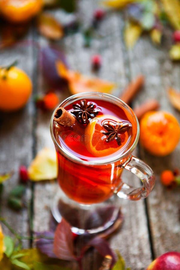 Overwogen wijn in mokken, kruid en droge bloemen en bladeren De herfst st stock afbeeldingen