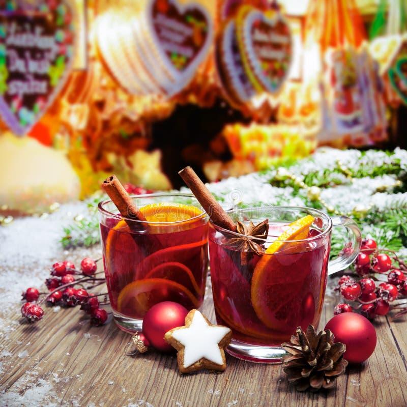 Overwogen wijn op Duitse christkindl markt stock foto