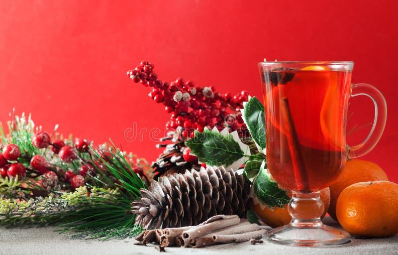Overwogen wijn op een rood stock afbeelding
