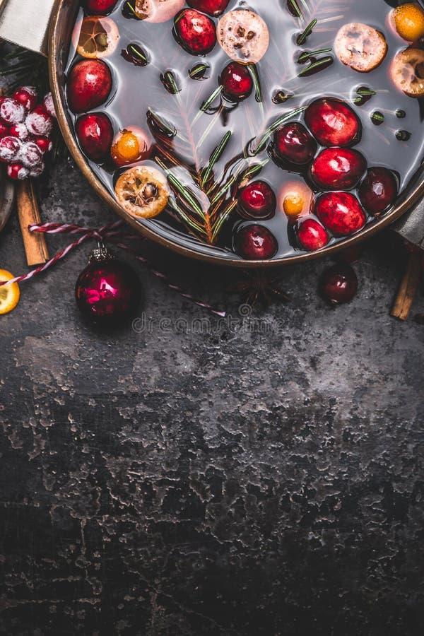 Overwogen wijn of stempel in het koken van pot op donkere uitstekende achtergrond, hoogste mening stock foto