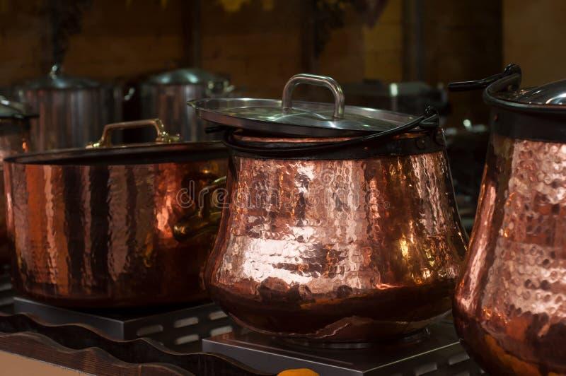 Overwogen wijn in traditionele koperketel bij chr royalty-vrije stock fotografie