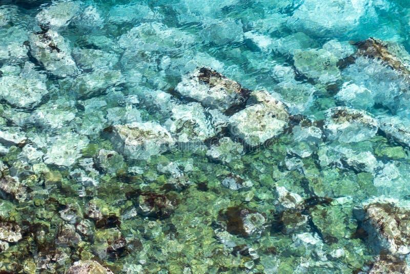 Overzees beeld met duidelijk water met bodemsporen stock fotografie