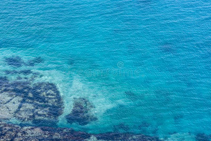 Overzees beeld met duidelijk water met bodemsporen stock foto