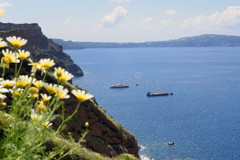 Overzees, bergen en rotsen Grieks Eiland Santorini op een warme zonnige dag royalty-vrije stock fotografie