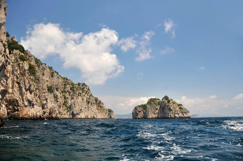 Download Overzees, bergen, zon stock foto. Afbeelding bestaande uit scenics - 10777558
