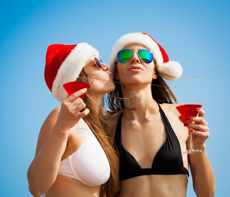 Overzees Bikinioverzees, zonnebril, Kosmopolitische Kerstmishoed, kus stock afbeeldingen