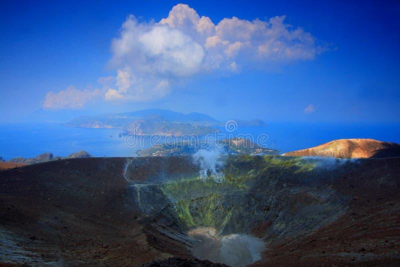 Overzees, blauwe hemel en krater stock afbeeldingen