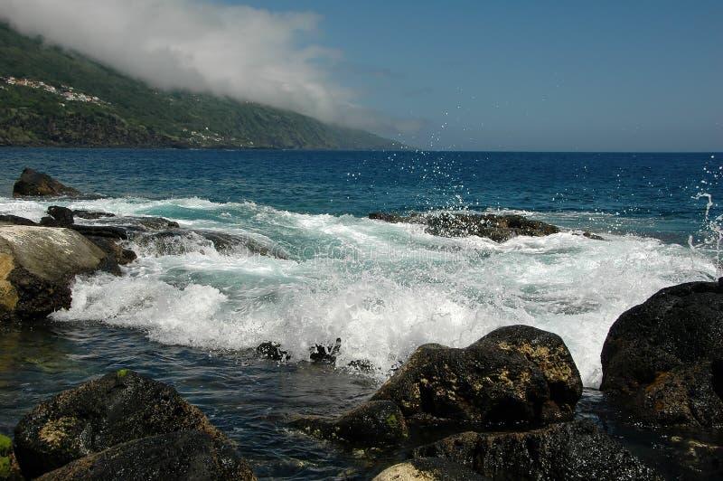 Overzees, branding, golven, stenen, nevel royalty-vrije stock foto